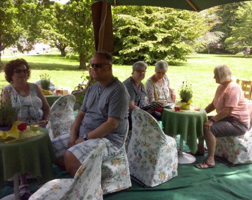 Wein genießen in netter Atmosphaere im Garten mit Wein Hicks
